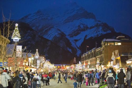 *冬のバンフアベニュー (C)Banff & Lake Louise Tourism