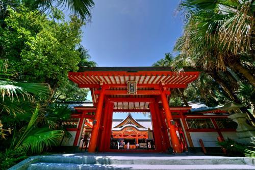 【宮崎】恋愛のパワースポットとして大人気の青島神社  (C)宮崎県観光協会