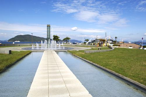 サンポート(噴水広場と海)(イメージ) _(C) (公社)香川県観光協会
