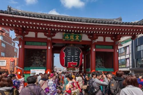 【浅草寺・雷門】 写真提供:(公財)東京観光財団