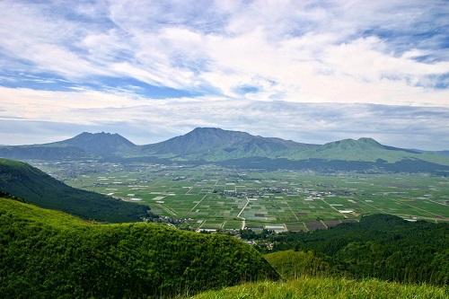 熊本からドライブで阿蘇に行くのもおすすめ!大観峰からの景色(阿蘇谷と阿蘇五岳) (画像提供:阿蘇市)(阿蘇谷と阿蘇五岳) (画像提供:阿蘇市)