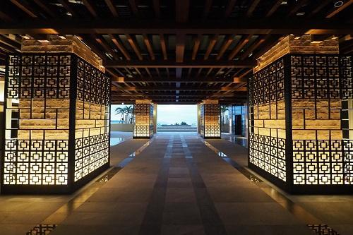 日和オーシャンリゾート沖縄「オープンエアロビー(イメージ)」エメラルドグリーンの美ら海が広がるロビー!/(C)ホテル提供