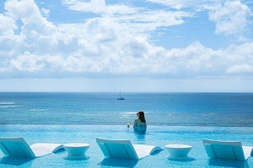 リゾート感満載のオーシャンテラスプール/(C)ホテル提供