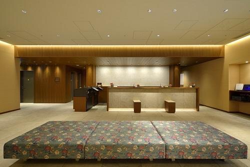 ホテルグレイスリー那覇「ロビー(イメージ)」落ち着きのあるフロントでお出迎え/(C)ホテル提供