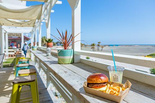 シーガイアリゾート内にある人気のハンバーガーショップThe BEACH BURGER HOUSE (C)宮崎県観光協会